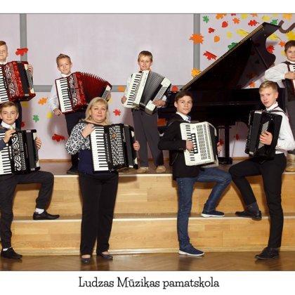 Akordeonistu ansamblis. Vadītāja Ērika Stalidzāne