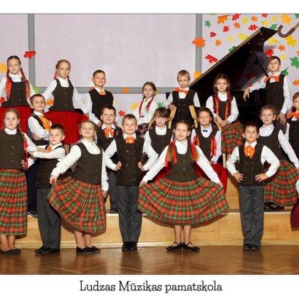 """2.-3.kl. Tautas deju kolektīvs """"Atvasītes"""". Vadītāja Sarmīte Stapule."""