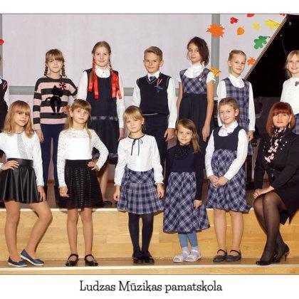 Kora klases vokālais ansamblis. Vadītāja Aija Razumovska.